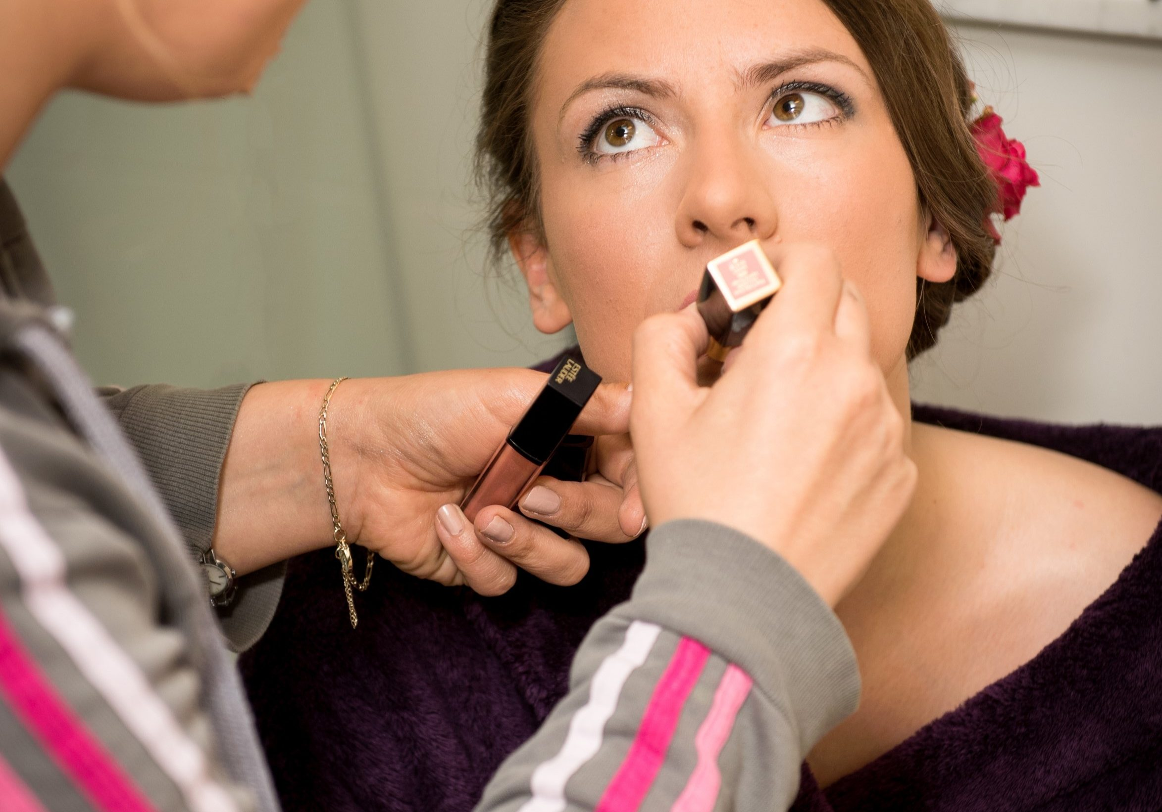 apply lipstick Tick